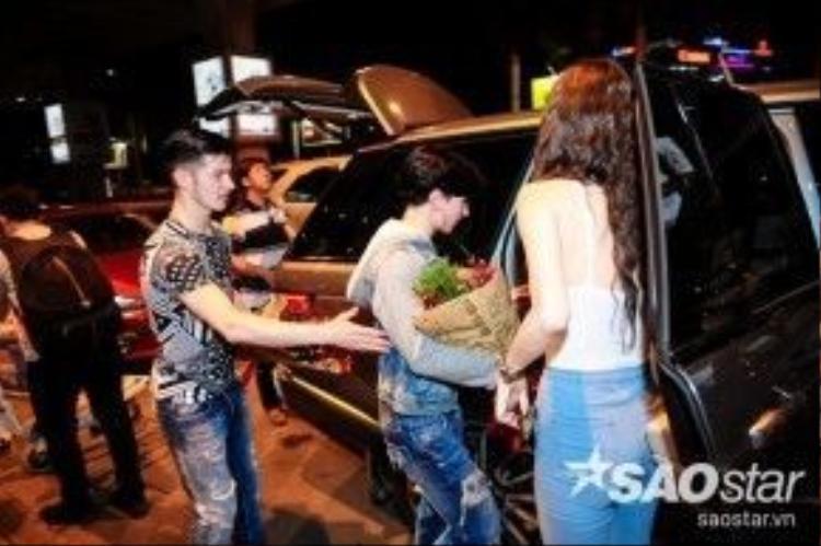 Khánh My còn tận tay mở cửa xe đưa cặp đôi vũ công về khách sạn.