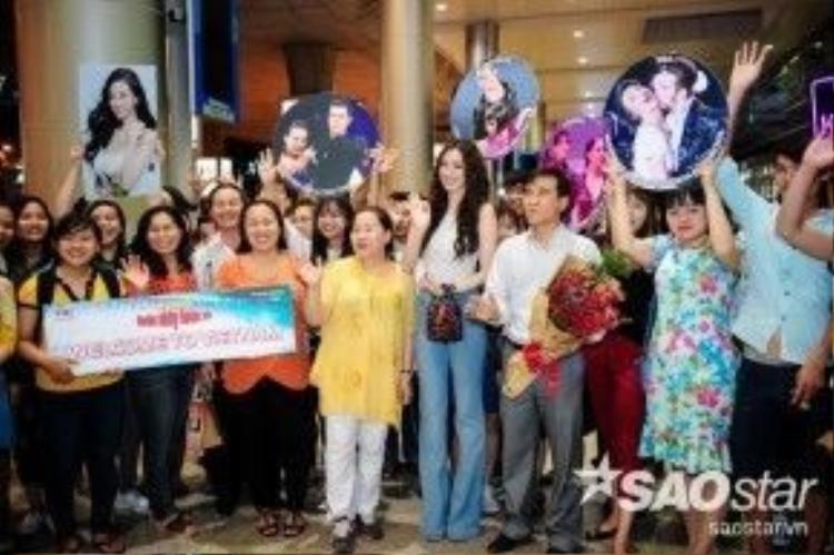 Khánh My xuất hiện cùng đông đảo fan hâm mộ.