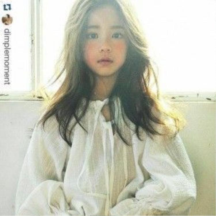 Hwang Sieun sinh ngày 22/08/2009 tại Hàn Quốc và là một gương mặt mới vô cùng triển vọng được các thương hiệu thời trang trẻ em săn đón.