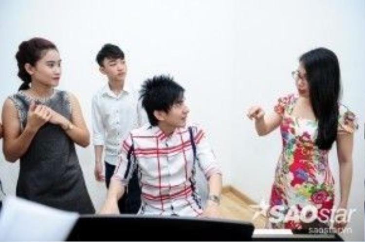 Tuần này, Yên Nhiên và Trung Quang sẽ kết hợp với nhau trong liên khúc Xin gọi tên nhau là cố nhân - Ngọc trúc đàocùng với sự hỗ trợ của dàn vũ công ngoại quốc.