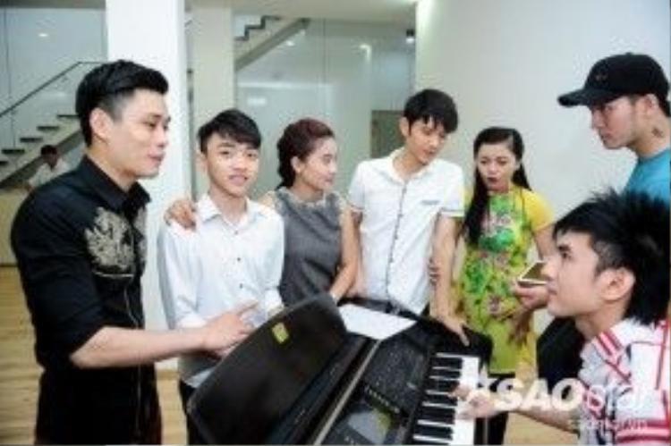 Đan Trường hỗ trợ thí sinh Bảo Nam của đội chị Tư Cẩm Ly.