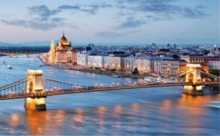 1. Budapest, Hungary: Hoppa tính toán mức tiền trung bình du khách phải chi trong một ngày ở mỗi địa điểm, bao gồm chi phí cơ bản như tiền taxi, khách sạn, bữa ăn, bia, cà phê và rượu, để chọn ra các địa điểm du lịch có giá rẻ nhất. Trong đó, Budapest của Hungary dành ngôi đầu bảng, với tổng chi phí khoảng 57,01 USD một ngày. Budapest nổi tiếng với dòng Danube xinh đẹp, những công trình kiến trúc cổ và nhịp sống sôi động.