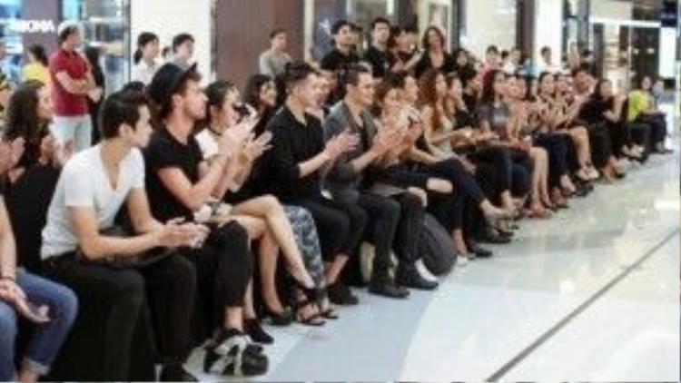 Rất đông người mẫu trẻ ngồi đợi tới phần casting của mình.