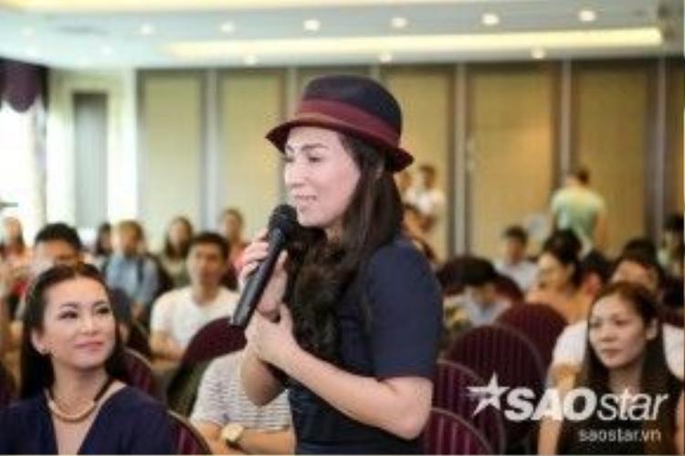 Ngay lập tức cô đã có những chia sẻ thú vị và màn đối đáp của Phi Nhung với Mạnh Quỳnh cũng khiến khán phòng cười ồ lên.
