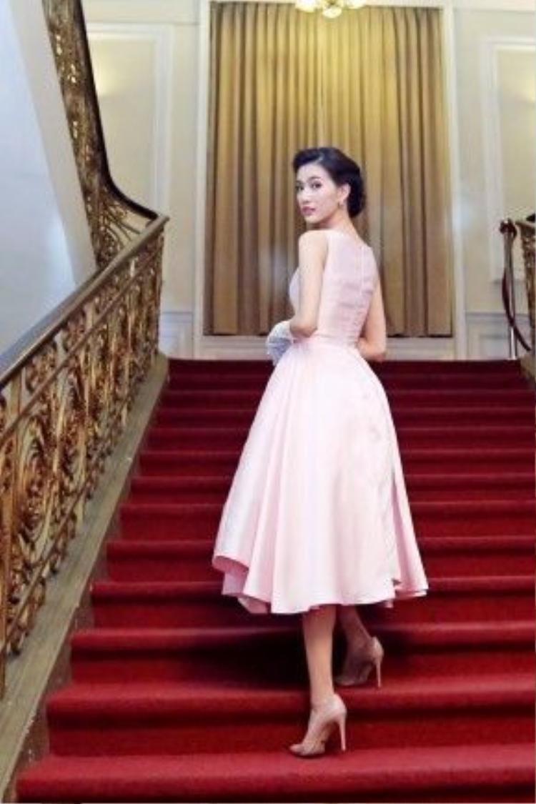 """Hiện tại, Mỹ Linh đang đảm nhận vai trò MC của chương trình """"Bước Nhảy Hoàn Vũ 2016"""", trước đó, người đẹp đã được biết đến khi liên tục """"cầm trịch"""" những chương trình truyền hình lớn của V-biz."""