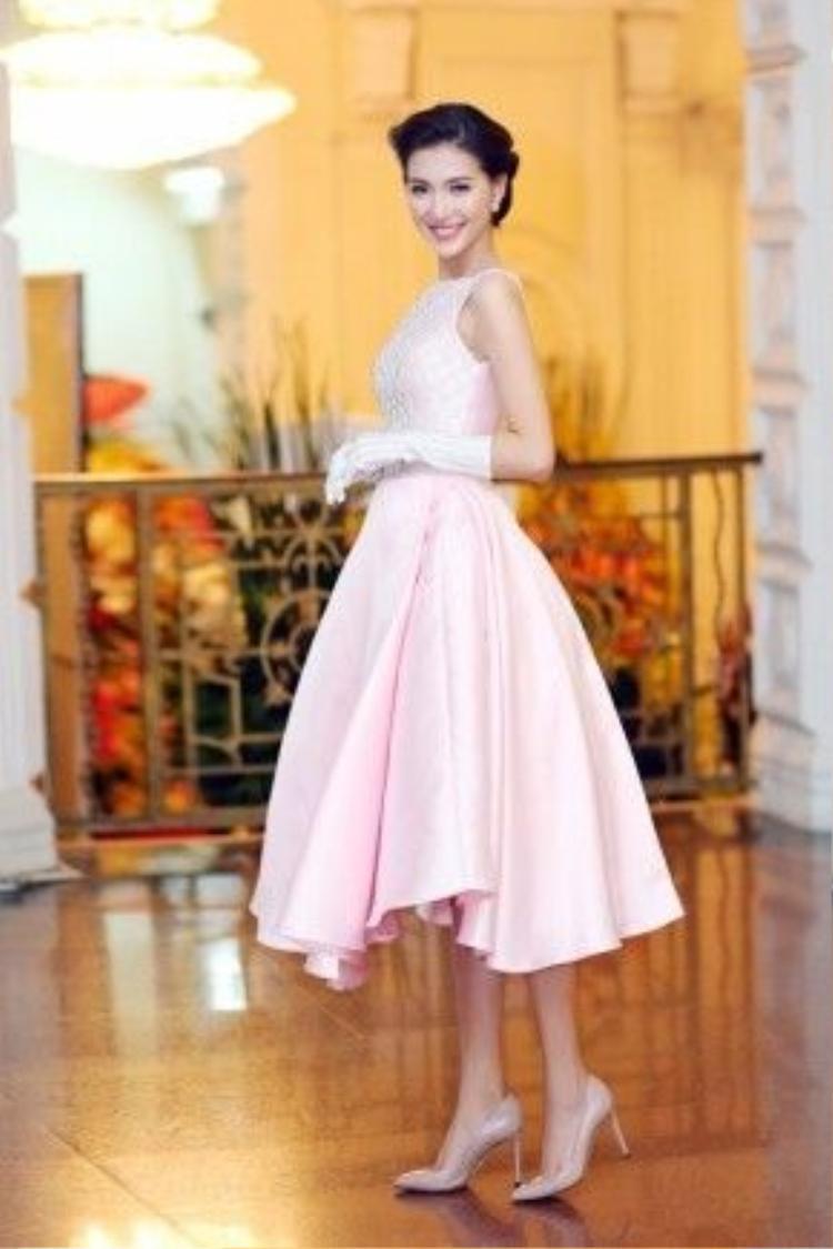 Chuộng phong cách cổ điển, người đẹp diện váy màu hồng pastel của NTK Kim Khanh, cô nàng khoe tài phối màu sắc khéo léo khi mix cùng găng tay quá khuỷu, giày cao gót ton-sur-ton.