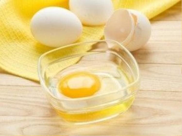 Đối với cách trị mụn đầu đen, ngoài việc lột mụn bằng miếng dán thì Hải Băng còn dùng cách thoa một lớp lòng trắng trứng gà rồi chà bằng bàn chải đánh răng loại nhỏ, rất hiệu quả lại không tốn kém.