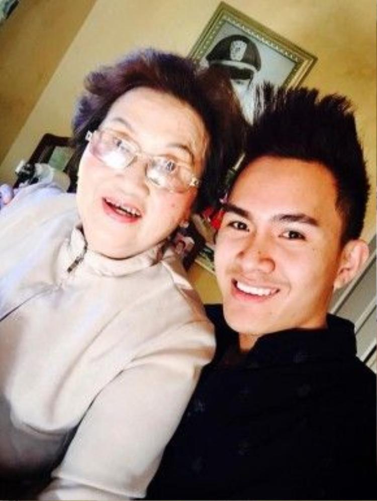 Anh chàng còn chụp cùng bà nội - mẹ của nghệ sĩ Hoài Linh…