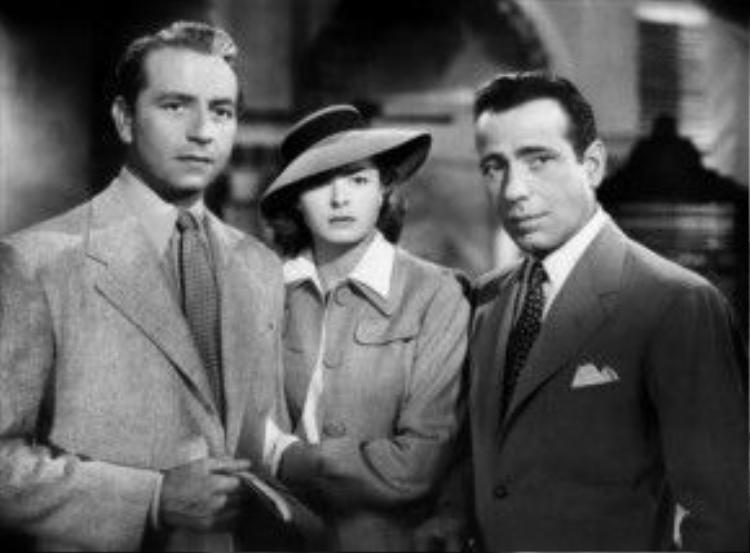 Cảnh cuối phim , quý cô Ilsa Lund hợp tông khi đứng giữa chồng Victor Laszlo và người tình cũ Rick Blaine trong trang phục gồm: áo sơ-mi trắng, và áo khoác xám, chân váy chữ A, phụ kiện đi kèm là chiếc mũ panama vành rộng.