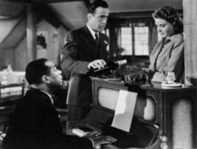 Khán giả sẽ không thể nào quên hình ảnh Sam, anh chàng da đen trung thành, bên cây đàn piano cùng ánh mắt buồn ám ảnh của Ilsa và vẻ thẫn thờ của Rick. Ca khúc As Time Goes By do Herman Hupfeld viết cho sân khấu kịch Broadway năm 1931 trong vở nhạc kịch Everybody's Welcome. Frances Williams là ca sĩ hát bài hát này đầu tiên, bài hát còn được ghi âm bởi nhiều nghệ sĩ khác trong năm 1931 - điển hình như Rudy Vallee. Và nó đã trở nên rất nổi tiếng khi xuất hiện trong một scene bất hủ của Casablanca qua giọng hát Dooley Wilson. Bài hát được vinh danh ở vị trí thứ hai trong bảng xếp hạng 100 ca khúc do Viện phim Mỹ bầu chọn.