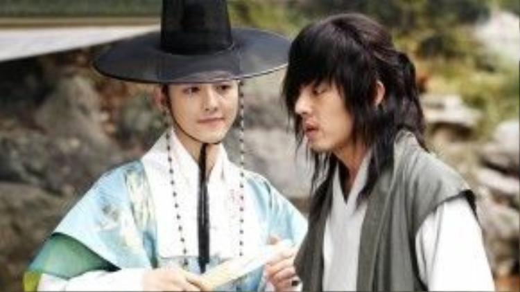 Cặp đôi Ngựa Điên (Yoo In Ah) và Nữ Lâm (Song Joong Ki) khiến khán giả đoán già đoán non về mối quan hệ thực sự của hai người.