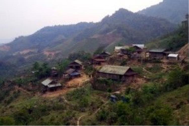 Bản làng với những căn nhà lụp xụp của người Ca Dong chênh vênh trên ngọn núi.