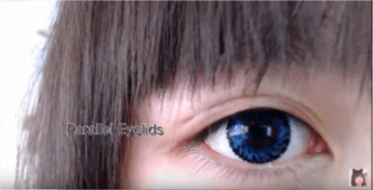Gel/keo kích mí tạo thành đường mí mỏng và tự nhiên, khó nhận thấy bằng mắt thường. Tuy nhiên phần lớp keo bị khô sẽ bong vẩy và đọng lại trên mắt