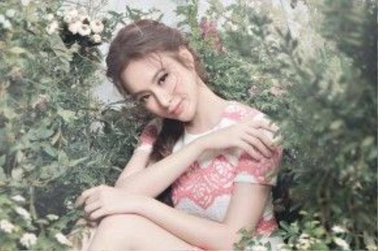 Hình ảnh gần đây nhất của Angela Phương Trinh cũng được chàng make up này thổi hồn một cách đầy thơ mộng.