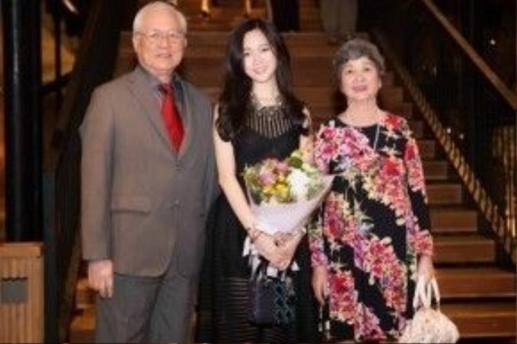 Anh Sa chụp ảnh cùng ông bà ngoại tại sinh nhật 21 tuổi.