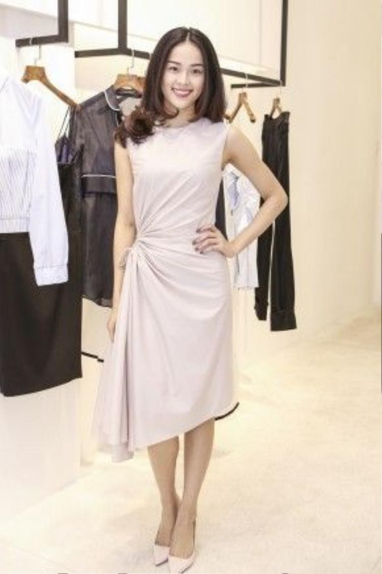 Hạ Vy xinh đẹp trong thiết kế đầm chít eo màu pastel nhã nhặn.