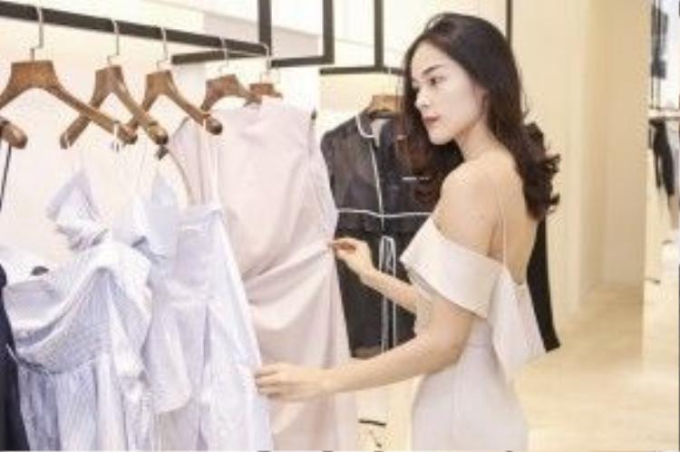 Vẫn phát huy thế mạnh của mình vào những thiết kế mang chất liệu mềm mại, đường cut cup đơn giản nhưng sang trọng và tinh tế, những thiết kế mới nhất của anh hứa hẹn mang đến luồng gió mới cho mỹ nhân Việt.