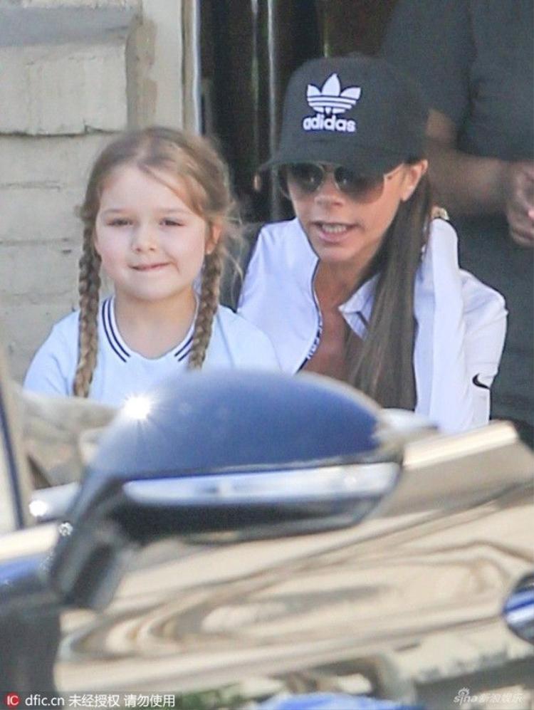 Khoảnh khắc bé Harper nhà Beckham được phục vụ chăm sóc móng tay gây sốt