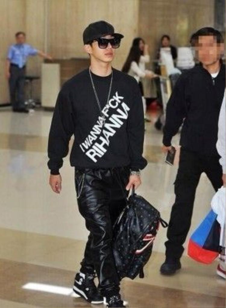 Slogan kì lạ trên áo anh chàng điển trai của B2ST.