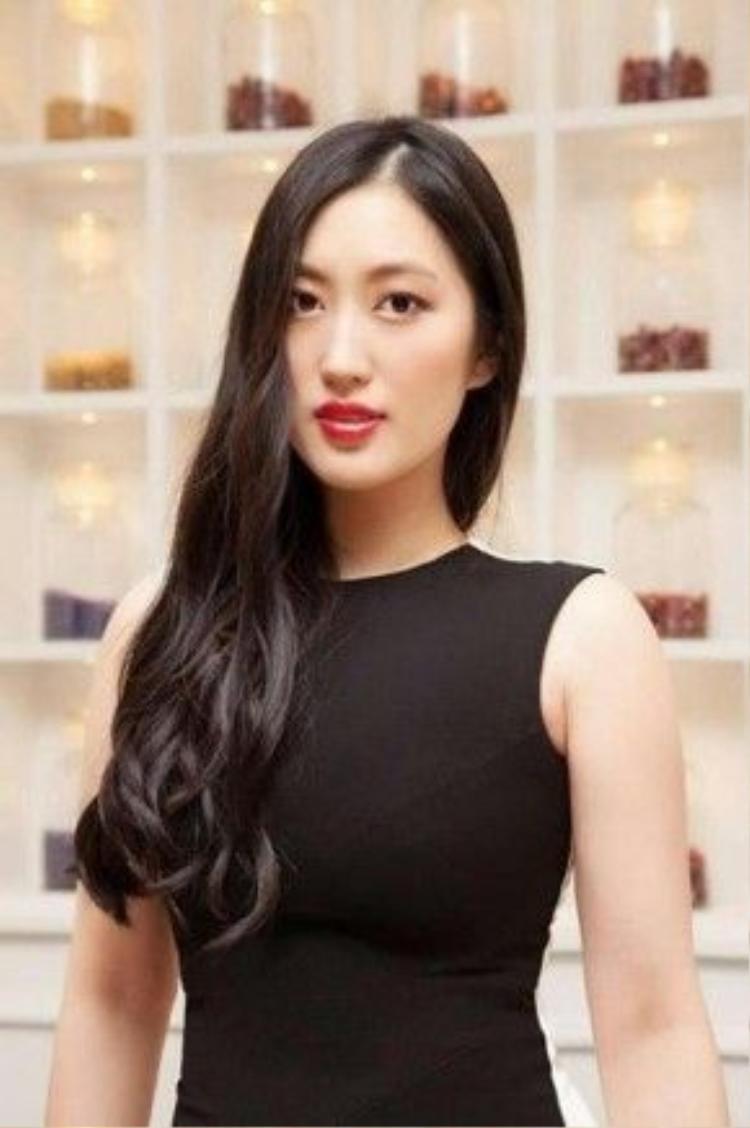 Lu Hui (24 tuổi) là một nhà thiết kế thời trang gốc Trung Quốc, hiện đang sống tại Anh. Cô sáng lập ra thương hiệu thời trang SUKI tại London vào năm 2014 .