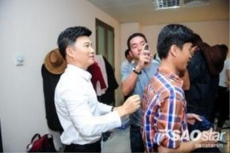 Quang Linh cũng tất bật chuẩn chị cho các thí sinh của mình.