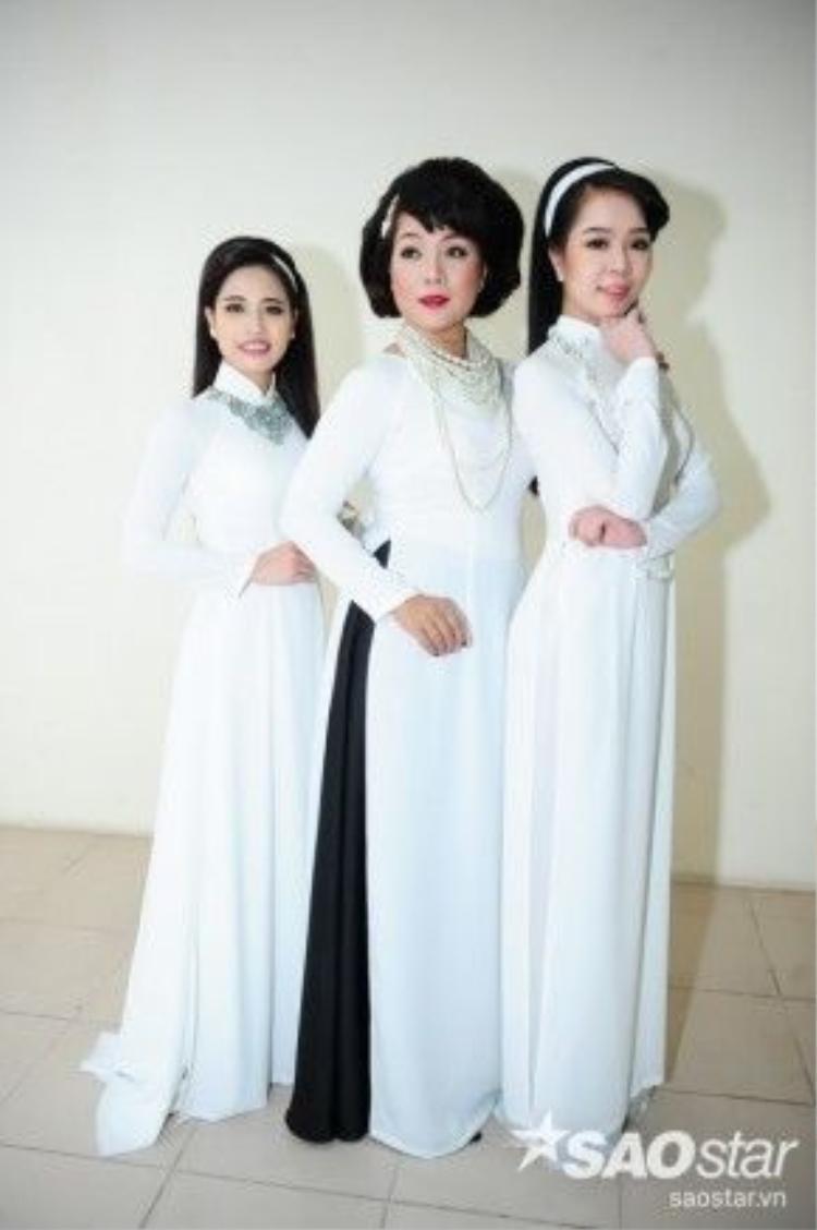 Các học trò nữ của HLV Quang Dũng đều diện trang phục màu trắng.
