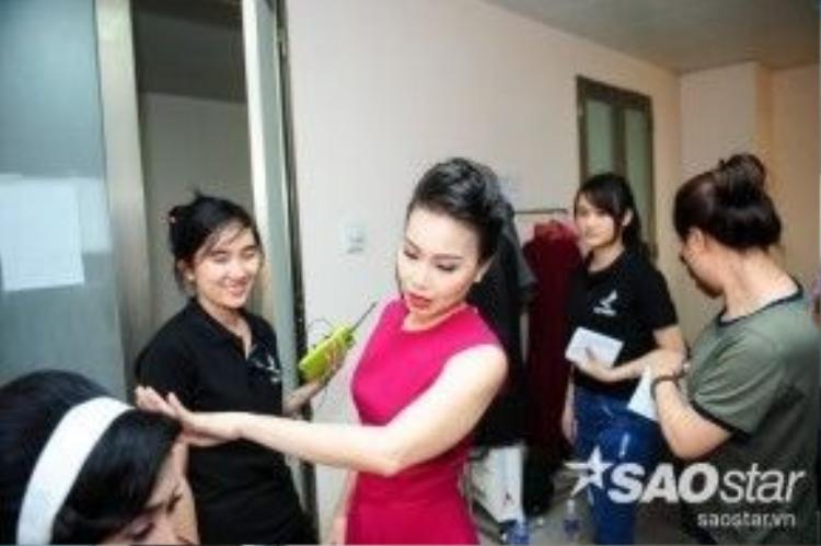 Nữ HLV chăm chú cho học trò trước khi lên sân khấu.