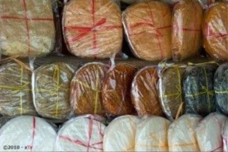 Bánh tráng tôm, bánh dẻo ớt, bánh dẻo tôm, bánh dẻo me,… là những đặc sản chỉ có ở Trảng Bàng.