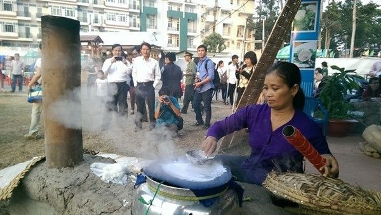 Những hình ảnh nhìn là mê về Lễ hội bánh tráng phơi sương Trảng Bàng