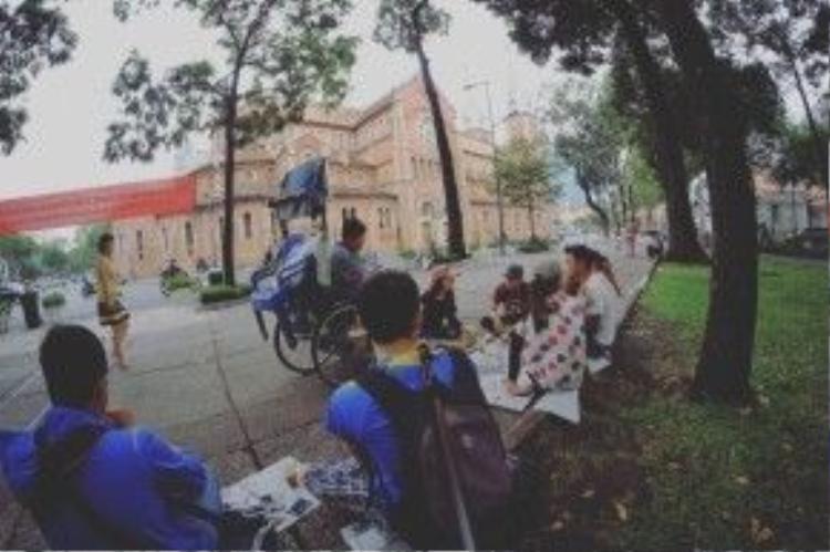 Anh chàng cũng hòa nhập vào cuộc sống thường nhật của giới trẻ Sài thành, cafe Bệt nơi góc đường Hàn Thuyên giữa khu trung tâm.