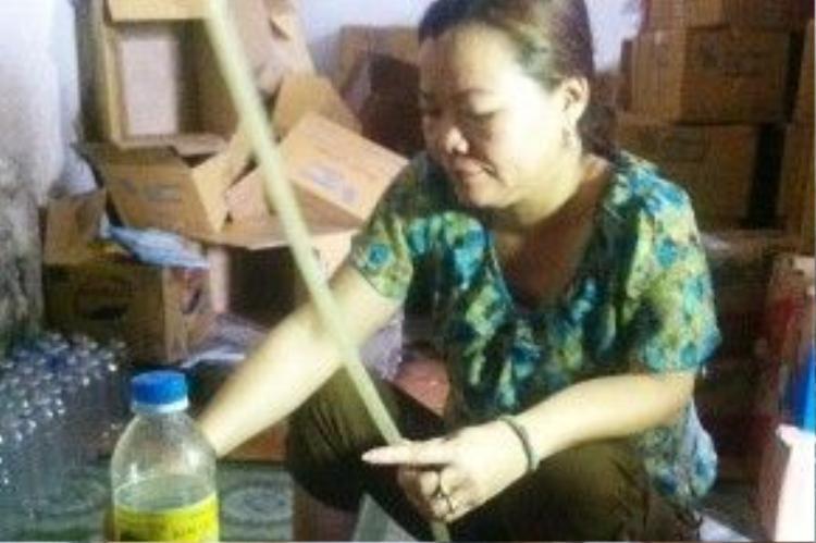 """Bà Kim thực hiện lại việc pha """"giấm ăn"""" bằng axit và nước lã."""