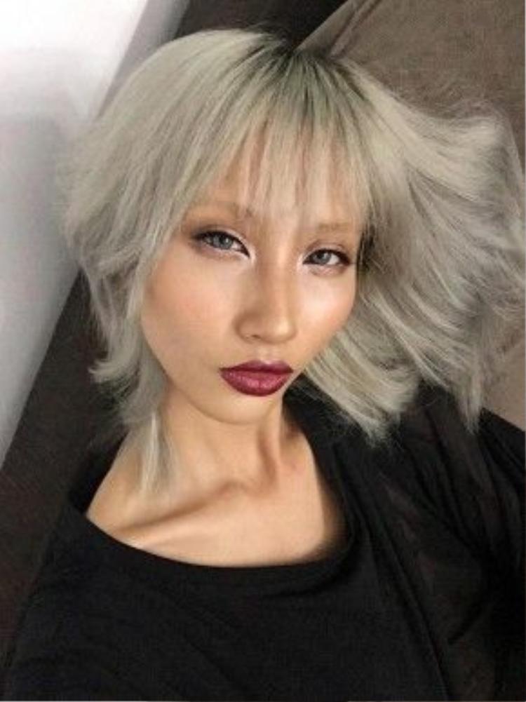 Đặc biệt hơn là từ khi cô nàng quyết định chuyển màu tóc đen tuyền sang màu tóc vàng bạch kim đầy nét quyến rũ, tạo được nét riêng cho từng shoot hình cho các trang tạp chí danh tiếng của Việt Nam.