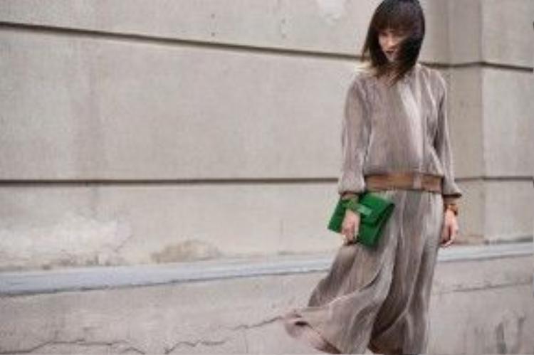 Mái tóc nổi loạn kết hợp với phong cách cực chất giúp Lê Hà thu hút sự chú ý mỗi khi xuất hiện trên phố.