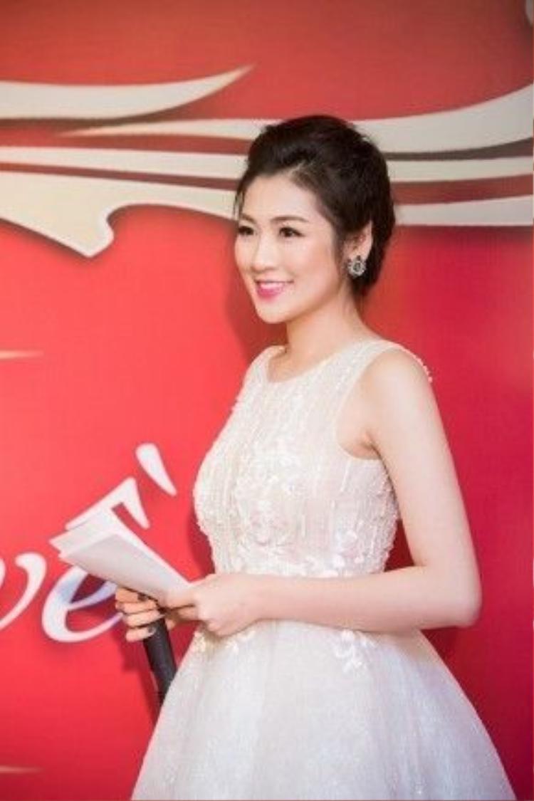 Cũng trong sự kiện, Tú Anh còn thay bộ váy màu trắng trẻ trung khác.