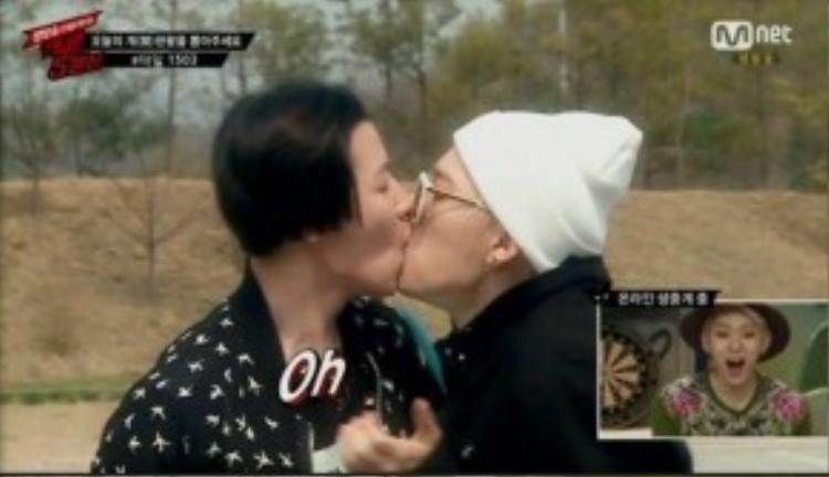 U-kwon và Zico hôn nhau ngay trên sóng truyền hình.