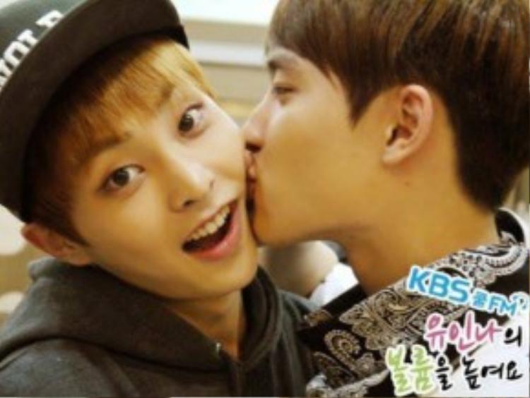 Nụ hôn má đáng yêu của Xiumin và D.O.