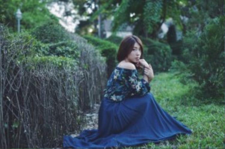 Yumy Dương dịu dàng, nữ tính trong chiếc váy chữ A thướt tha cùng áo lệch vai in hoạ tiết floral.