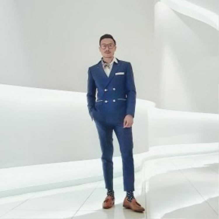 Trương Thang Long trở thành một quí ông thực thụ trong bộ suit màu navy cùng cách phối phụ kiện cực tinh tế.