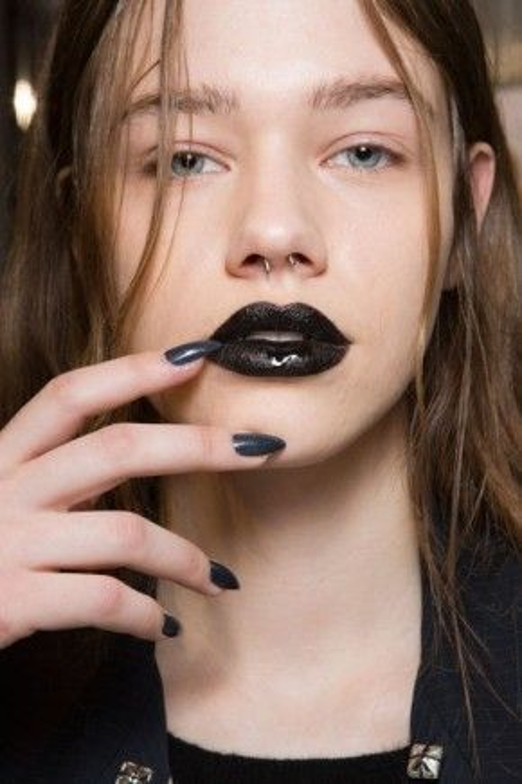 Chỉ cần tô son môi đen mà không cần trang điểm bất cứ thứ gì trên khuôn mặt cô gái đã quá ấn tượng và cuốn hút mọi ánh nhìn.