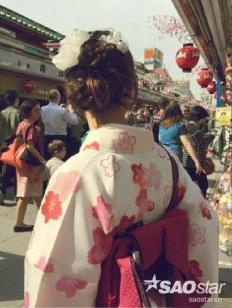 """Bên cạnh việc thuê kimono, bạn cũng có thể yêu cầu thêm dịch vụ """"làm điệu"""" cho tóc với những chiếc trâm cài đầu, hoa, bới tóc… theo phong cách Nhật Bản để thêm duyên dáng khi dạo phố, giá từ 1000 - 1500 yên. Đặc biệt, những bộ quốc phục này đều làm từ hàng cao cấp, chất lượng rất tốt nên khách hàng cũng cần giữ gìn cẩn thận."""