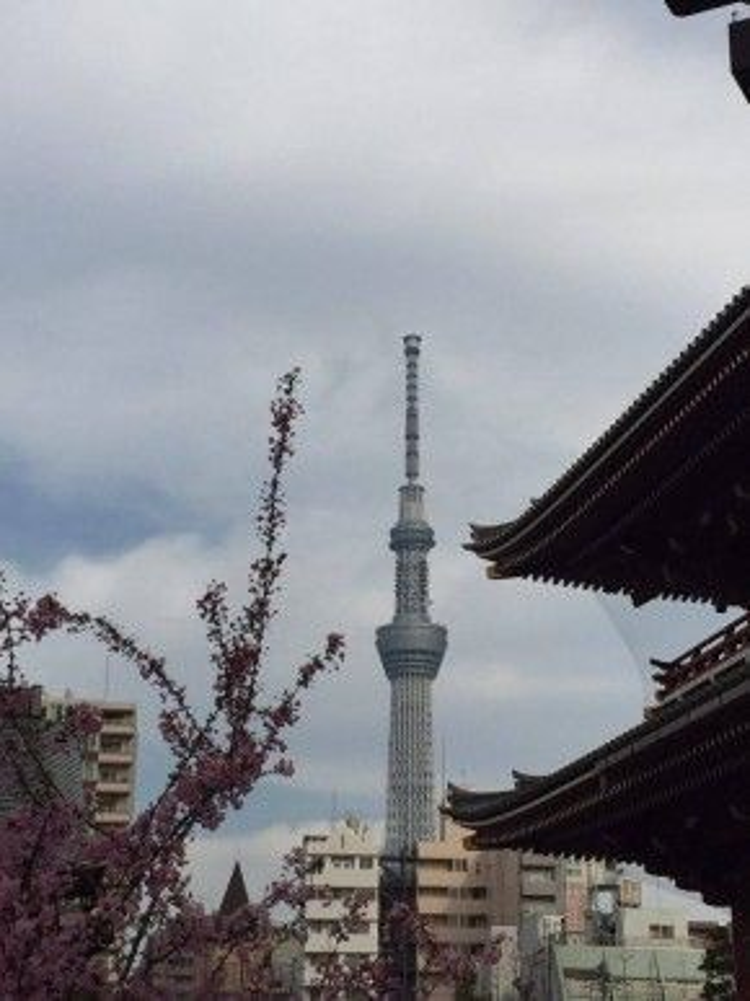 Từ đền Sensoji, tháp truyền hình Tokyo Skytree hiện đại giữa khung cảnh cổ kính của khu đền được xây dựng từ thế kỷ 7.