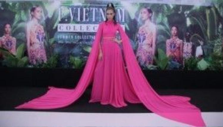 Sở hữu chiều cao 1,83 m, Nguyễn Oanh là một trong những gương mặt được chú ý sau khi rời cuộc thi Vietnam's Next Top Model 2014.