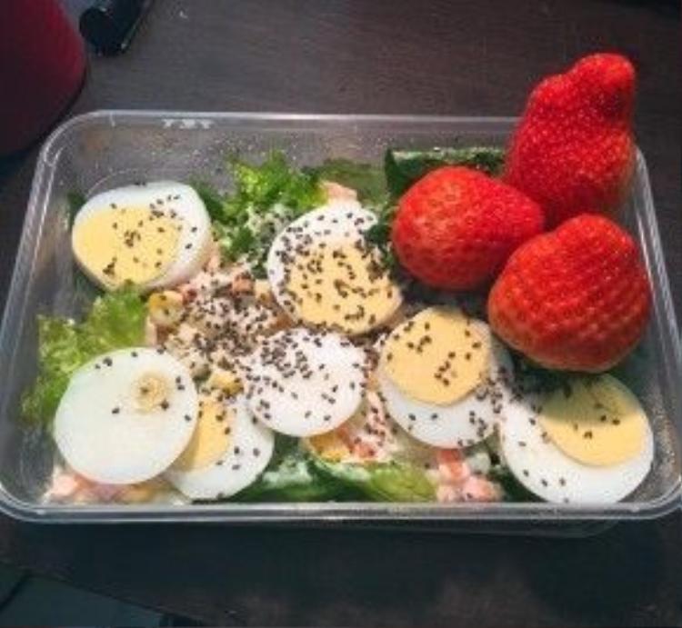 Bữa sáng của chân dài nóng bỏng Minh Tú là salad cá hồi, trứng luộc và dâu tây