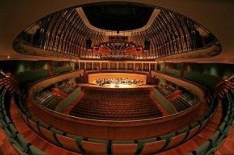 Nhà hát Esplanade có thể chứa được tới 2.000 khán giả, mô phỏng theo kiến trúc nhà hát opera hình móng ngựa kinh điển của châu Âu, sân khấu lớn nhất Singapore, thích hợp cho nhiều loại hình biểu diễn. Ảnh: flickriver.