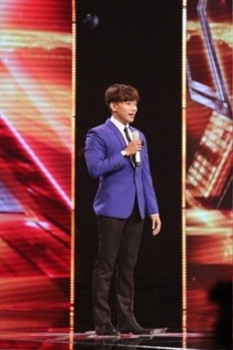 Trần Minh Dũng trên sân khấu tập 2 Vòng Hội Ngộ.