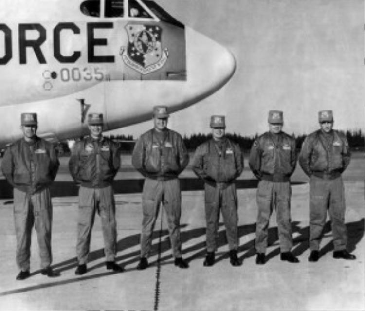 Phiên bản của chiếc flight bomber jacket đầu tiên là chiếc áo A-2 Bomber, được dùng rộng rãi trong Chiến tranh thế giới thứ 2 với chất liệu làm bằng da dê hoặc da ngựa.