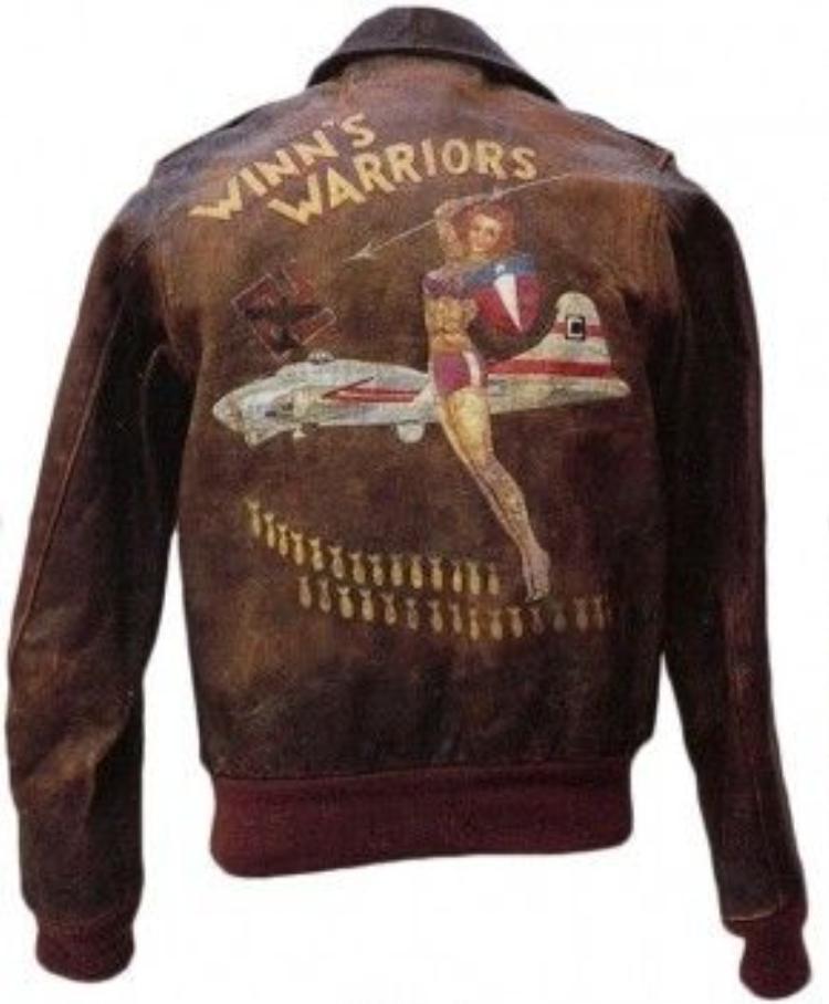 Một chiếc áo bomber vô cùng thời trang với những họa tiết ngộ nghĩnh, chất liệu thì bền miễn bình luận.