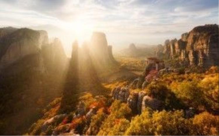 Di sản thiên nhiênthế giới Meteora (Hy Lạp) rực rỡ trong ánh hoàng hôn.