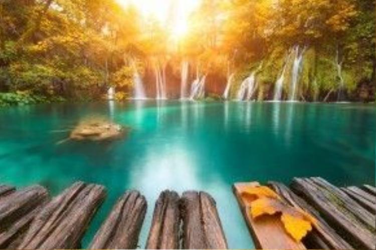 Công viên quốc gia Plitvice kỷ ảo với sắc cam của ánh nắng mùa thu (Croatia).