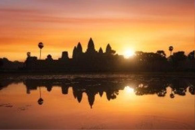 Ở đền Angkor Wat, thời gian đẹp nhất là lúc hoàng hôn khi mặt trời dần khuất sau những đền tháp cổ kính cả ngàn năm tuổi.